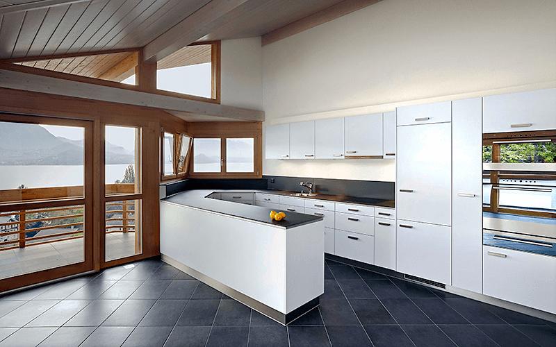 Küche mit Blick auf den See