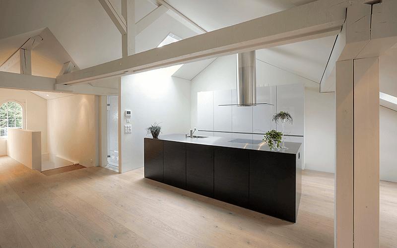 Moderne Küche im offenen Dachraum